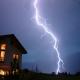 Haus mit Blitz im Vordergrund