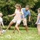 Familie beim Ballspielen in der Natur