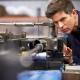 Mechaniker prüft die Einstellung einer Fertigungsmaschine