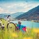 Fahrradversicherung: Mann mit Fahrrad am See
